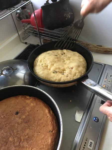 コッペパンは素朴な味で、本当に美味しい。学校から帰って来て、コッペパンが焼いてあると「やったー!」と思いました。