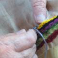自ら糸を選び、色を決め、作品を作る