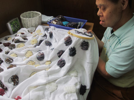 この人は大きな布に刺繍するのが好き