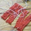 細かく刻んだ布の端を一針一針縫い、それを糸で繋いでいくという気の遠くなるような仕事をもう何年も続けています。