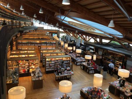 従来の図書館と、書店、そして、コーヒーショップが一緒になった、これまでにないスタイルの図書館です。