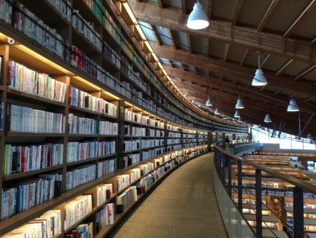図書館の中に入ると、こんな感じ。 開放的な空間