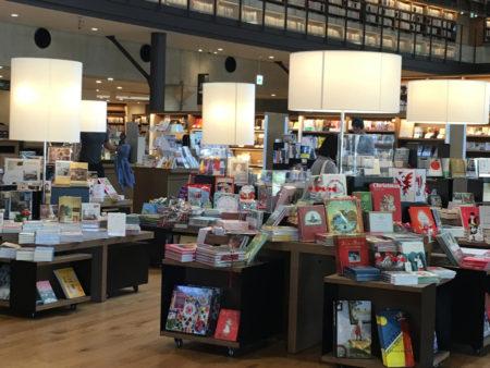 また、図書の無料貸し出しはもちろんですが、蔦屋書店が併設されているので、本や雑誌の購入もできます。