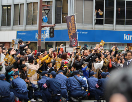 最前列に場所をとれなかったため、前の人の頭や肩ごしにパレードを見ることになりました。