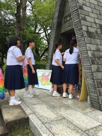 長崎では「折り鶴の塔」に4000羽の折り鶴を捧げた