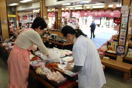 ほどなくして、松屋の2軒隣の老舗の和菓子屋「梅園」の森田礼子さんが柿の葉を受け取りに来ました。