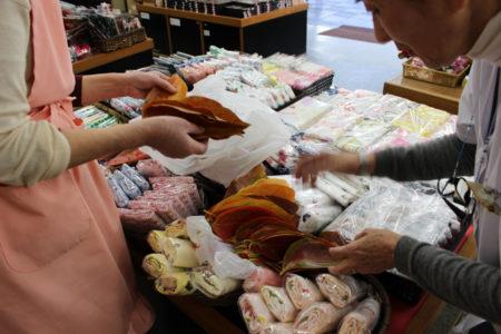 栗原さんは、法要にお供えするお饅頭を、毎年「梅園」に頼んでいるのです。