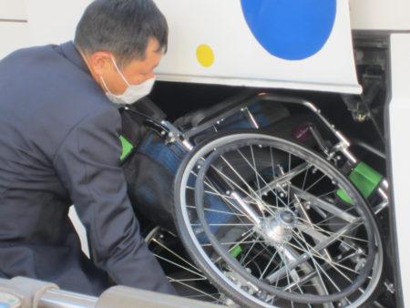 必需品の車いすをバスに積み込み