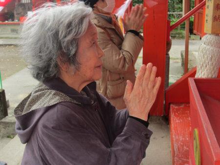 病気平癒のご利益があるという大汝牟遅神社(おおなむちじんじゃ)… 手を合わせます