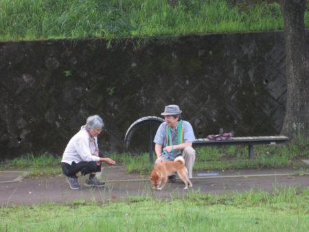 犬とおしゃべりする人