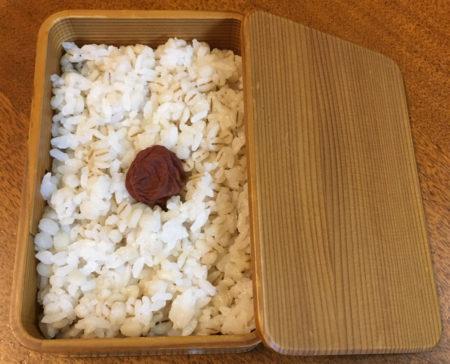 「日の丸弁当」や、麦ごはんにさつまいもの入った「さつまいもご飯」