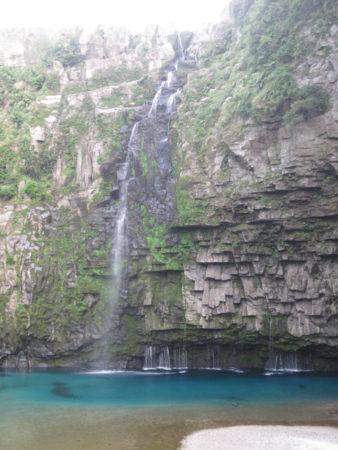 断崖絶壁の荒々しい岩肌と水のカーテン。