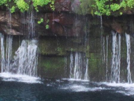 南大隅町・雄川の上流にある落差46メートル、幅60メートルの滝。