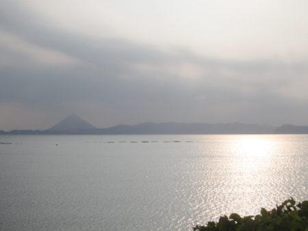 対岸にはうっすらと開聞岳 錦江湾に面した海岸線にある荒平天神