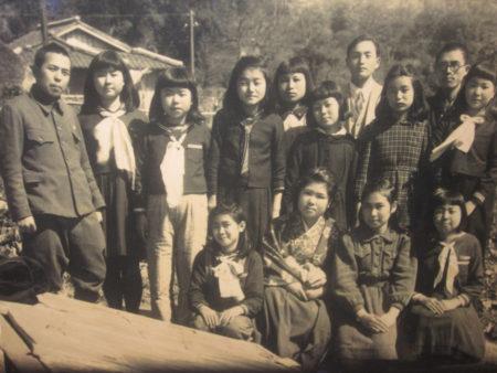昭和21年 谷山北中学校時代(大坪先生は左端)まだ軍服姿でした。