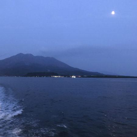 桜島遠くには、きれいなお月様が浮かんでいました