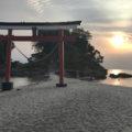 鳥居が砂浜に建っている珍しい神社