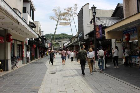 この参道を、かつて西郷隆盛や坂本龍馬が歩いていました・・