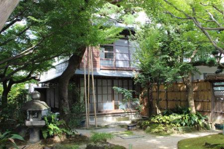 庭から見た松屋の建物