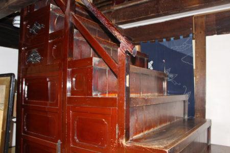 二階に上る階段