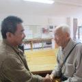 伸さんと大坪先生が出会い。次の世代へのエールの握手です。