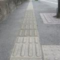 市営住宅前の歩道を点字ブロック付きの段差のないバリアフリーに…