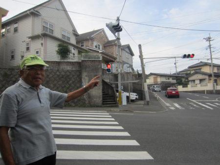 「念願の信号機つきの横断歩道が付きました!」とにっこり
