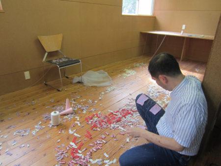 個室で黙々と布と糸を繋いでいる人がいました。