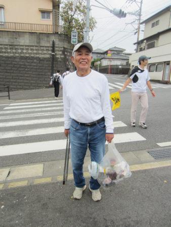ビニール袋をもってゴミ拾いをしているのは、同じ団地に住む隈元学さん74歳。