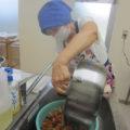 メンバーの中にいる栄養士さんが、旬の野菜をふんだんに使った献立を立てて、料理自慢のお母さんたちが手慣れた様子で、チャキチャキと70食分のごはんを作ります。