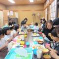 いつもの小さな食卓が、この日ばかりはワイワイ賑やか大きな地域の食卓に、自然と笑顔がこぼれます。