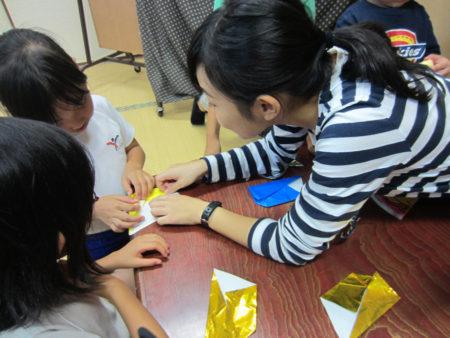 食事の後はボランティアさんと折り紙遊びも…