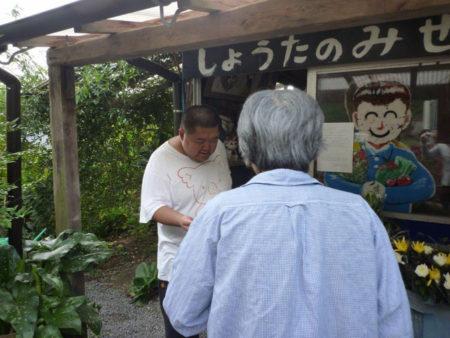 昭太さんは、接客もお勘定も、ひとりでこなしています。