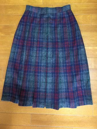 当時は、チェック柄のプリーツスカート(ヒダスカート)が流行っていていました。