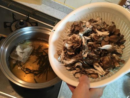 出汁が沸いてきたら、適当な大きさに分けた舞茸を入れ、舞茸に火が通ったら、あまり煮ないようにして火を止める。