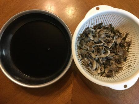 舞茸と刻んだ昆布はざるに挙げ、煮汁と分ける。 煮汁は、コーヒーのような色になりますよ。