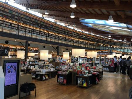 新しいスタイルの図書館として、全国的にも話題となっているという事で、見学に行ってきました。