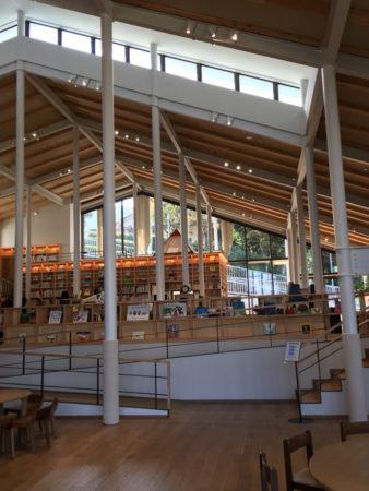 こちらも、木のぬくもりのある明るい図書館でした。