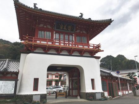武雄温泉の入り口に立つ朱塗りの楼門です。