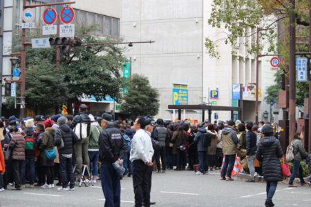 出足が遅かったため、パレードの場所に到着した時はすでに、黒山の人だかり。