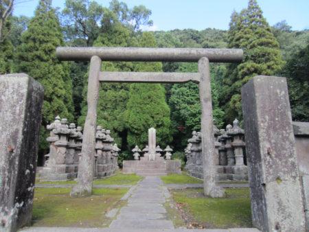鳥居の向こうにひときわ大きく見えてくるのが…島津久光公のお墓。