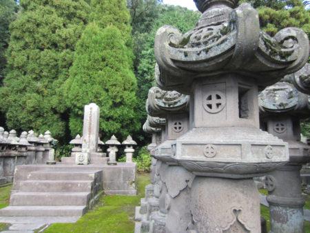 明治2年の廃仏毀釈で寺は取り壊され、今は島津家歴代の当主の墓所のみが残っています