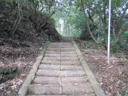 裏山を登っていくとキリシタン墓もあります。