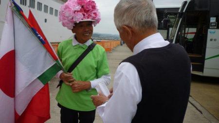 バスの運転手さんが来月の入港予定表をもらいに来ました。