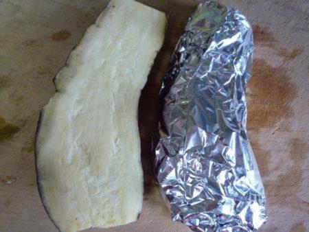 さつまいもは、よく洗って、皮付きのままアルミホイルに包んで、魚焼きグリルで15分ほど焼きます。