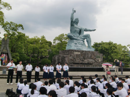 修学旅行で平和公園を訪れた坂元中学校の生徒たち