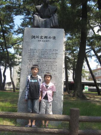 2人はここに来たのも初めて!銅像前で記念撮影