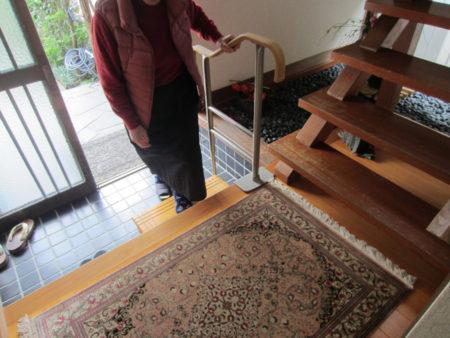 玄関には上がり框用の手すりと踏台を設置
