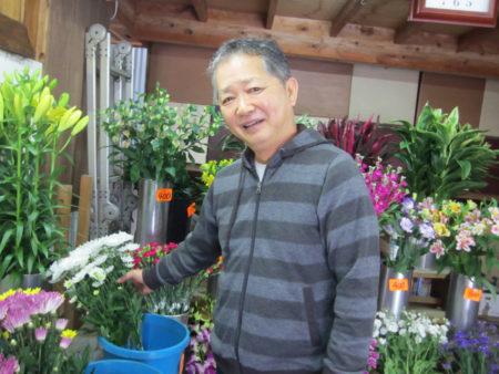 ギター担当の有馬早富さん(60)は墓地前の2代目お花屋さんです!