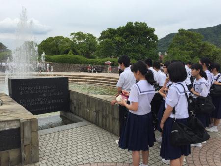 水を求めて亡くなった人々の鎮魂と冥福を祈る「平和の泉」で